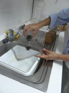 Εικ. 3. Χρησιμοποιείται σίτα από την οποία πέφτει η βαρρόα και διαχωρίζεται από τις μέλισσες