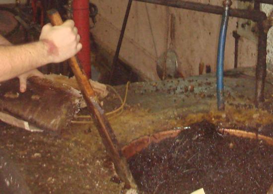 Οι παλιές, μαύρες κηρήθρες παραμένουν στο βραστήρα για 45-50 λεπτά, βράζοντας στους 120˚С.