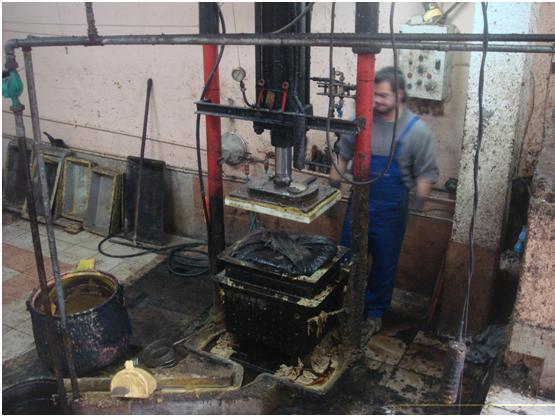 Η υδραυλική πρέσα δουλεύει στις 100 ατμόσφαιρες, ανεβάζοντας την εφαρμοζόμενη πίεση στους 45 τόνους στα βρασμένα υλικά.